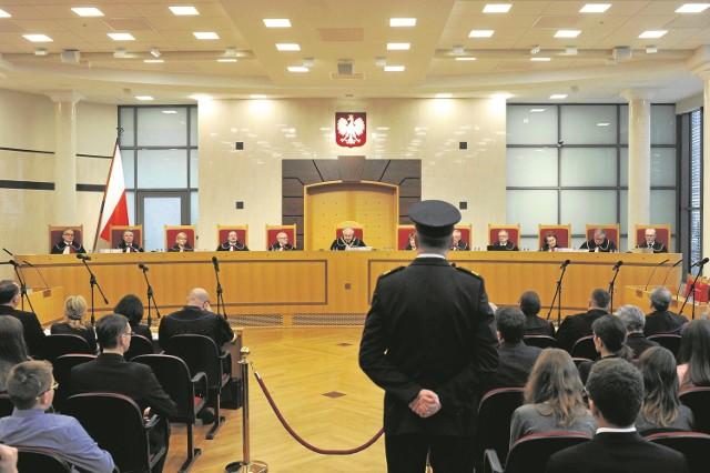 W nadzwyczajnej sytuacji, grożącej całkowitym paraliżem sądu konstytucyjnego -  trybunał uznał za słuszne sięgnięcie po rozwiązania nader nieszablonowe