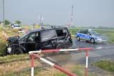 Inowrocław. Zderzenie drezyny z autem osobowym na przejeździe kolejowym przy ul. Popowickiej w Inowrocławiu. Zdjęcie