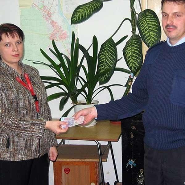 St. asp. Krzysztof Kotwica, dzielnicowy na os. Fabrycznym odnalazł roztargnioną kasjerkę, która zdążyła się już pogodzić ze stratą pieniędzy.