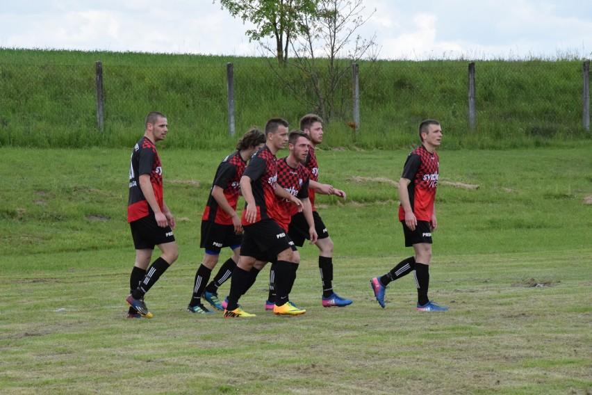 Piłkarze Strzelca Chroberz w ostatnim meczu przegrali aż... 4:8. Obrońcy drużyny z gminy Złota muszą więc zdecydowanie poprawić swoją grę w najbliższym spotkaniu z Unią Małogoszcz.