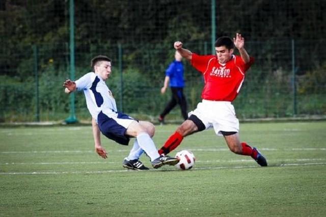 Piłkarze Włókniarza (czerwone koszulki) i Cresovii tracą dystans do Ruchu