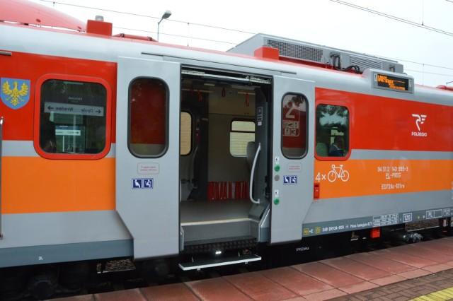 W związku z tak skomplikowanymi zmianami, przewoźnik prosi pasażerów o sprawdzanie rozkładów jazdy na konkretny dzień podróży.