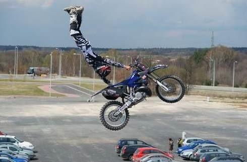 Pokaz motocyklowego freestyle zapierał widzom dech w piersiach.