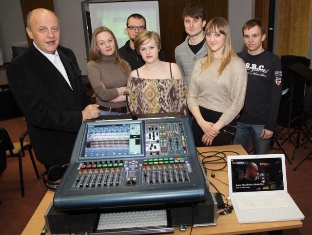 W pracowni jest również nowoczesny stół cyfrowy - taki, z jakiego korzystają nagłośnieniowcy podczas największych koncertów i nagrań studyjnych.