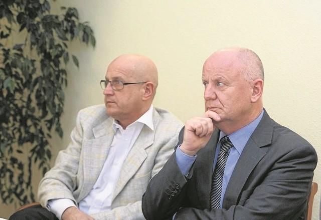Od lewej, Andrzej Danieluk - burmistrz i Lech Ferdynus - jego zastępca w skupieniu czekali na reakcję radnych