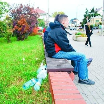 W samym centrum miasta, przy ławkach przed bramą klasztoru, ostrołęczan straszą zaśmiecone trawniki