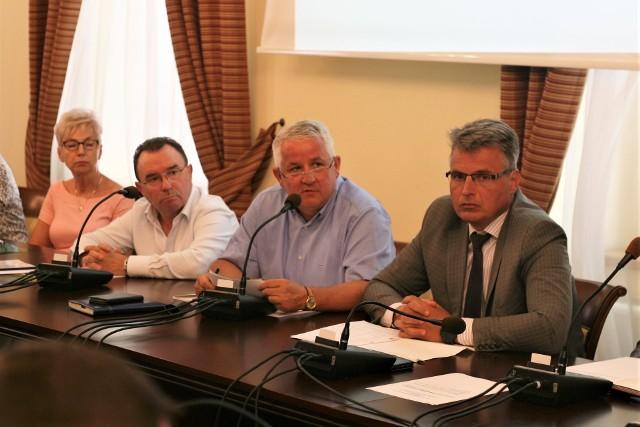 Od prawej: prezydent Janusz Kubicki i prezesi ZZUM Janusz Jankowski oraz dyrektor ds. finansowych Zdzisław Strach