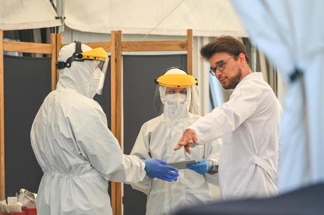 Najnowszy sondaż: Coraz więcej osób uważa, że pandemia może być wynikiem celowego działania lub spisku
