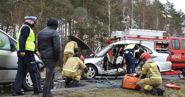 W zderzeniu aut w Gorzeniu, na trasie powiatowej Nakło – Bydgoszcz, ucierpieli kierowcy obu pojazdów