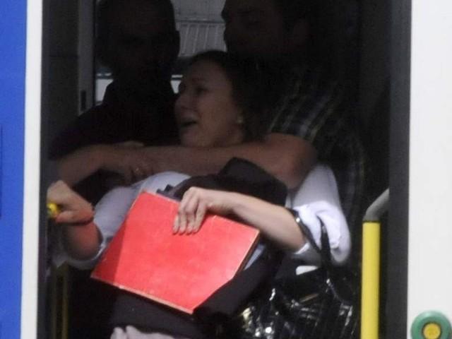 """""""Renoma"""" twierdzi, że ta kobieta nie posiadała ważnego biletu i rzuciła się do ucieczki. Kontroler stojący przy wyjściu próbował uniemożliwić jej ucieczkę, pomagała mu współpracownica"""