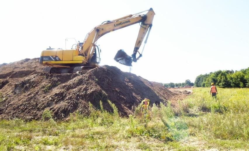 Przygotowanie do budowy wałów przeciwpowodziowych w Nowej Soli.