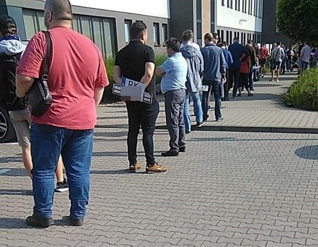 Taka kolejka ustawiała się dzisiaj przed starostwem powiatowym do wydziału komunikacji