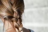 Oto proste i modne fryzury, które zrobisz w 5 minut. Fantastyczne uczesania dla kobiet zachwycą każdego