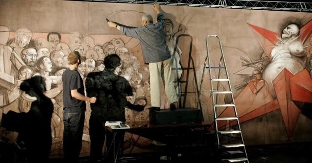 Franciszek Starowieyski w trakcie prac nad alegorią Czerwca'56