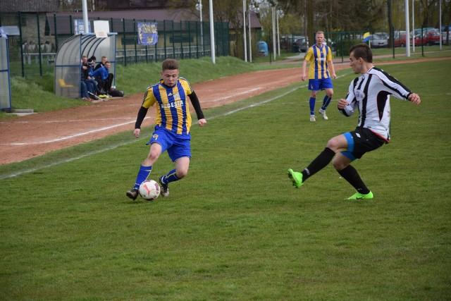 W ostatnim sparingu Nidy Pińczów z Piastem Stopnica cztery gole dla żółto-niebieskich zdobył Wiktor Nogacki (przy piłce).