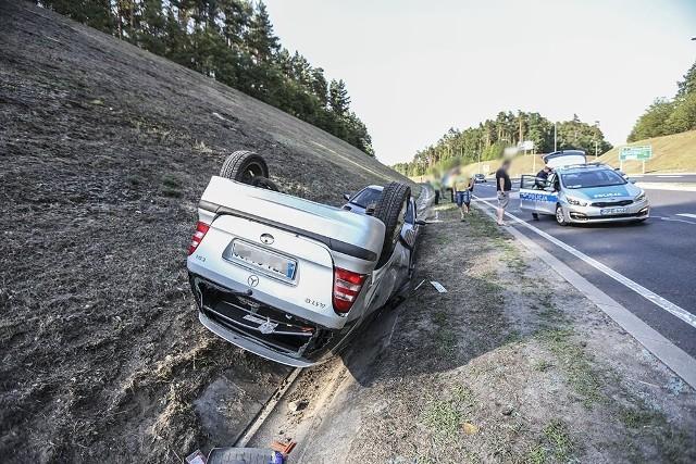 """Do krasy doszło w poniedziałek, 23 lipca, na """"trasie śmierci"""", tuż koło skrętu w kierunku Wilkanowa. Kierująca mercedesem zderzyła się ze skodą. Kobieta kierująca mercedesem jechała z Wilkanowa. Wjechała na """"trasę śmierci"""", w kierunku Świdnicy. Włączając sie do ruchu zajechała droge skodzie. Doszło do zderzenia. Kierujący skodą uderzył w tył mercedesa, który wypadł z drogi. Na poboczu samochód koziołkował, upadając na dach. Skoda również wypadła z drogi.Na szczęście nikomu nic się nie stało. Na miejsce przyjechała zielonogórska policja. Kiedy jeden patrol pracował na miejscu kraksy, na wysokości stacji benzynowej doszło do kolejnego zdarzenia. Hyundai wjechał w tył mazdy.Zobacz wideo: Wypadek cysterny i trzech osobówek na S3"""