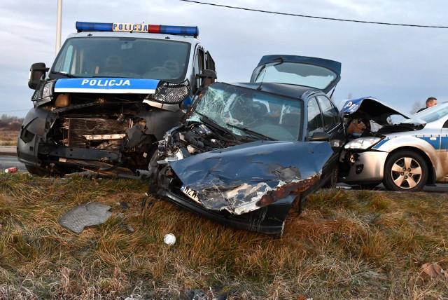 Na blokadzie w Tarnobrzegu honda uderzyła w policyjną furgonetkę. Z kolei w hondę uderzył radiowóz z Sandomierza.