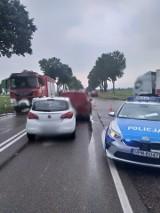 Wypadek na skrzyżowaniu dróg Zambrów - Mężenin. Zderzyły się cztery samochody, trzy osoby trafiły do szpitala (zdjęcia)
