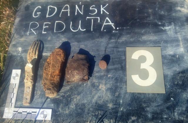 Ludzkie szczątki zostały odnalezione w zakopanych transzejach, w rejonie Bastionu Wyskok, części łańcucha dawnych fortyfikacji Gdańska, niedaleko ul. Reduta Wyskok na Dolnym Mieście.