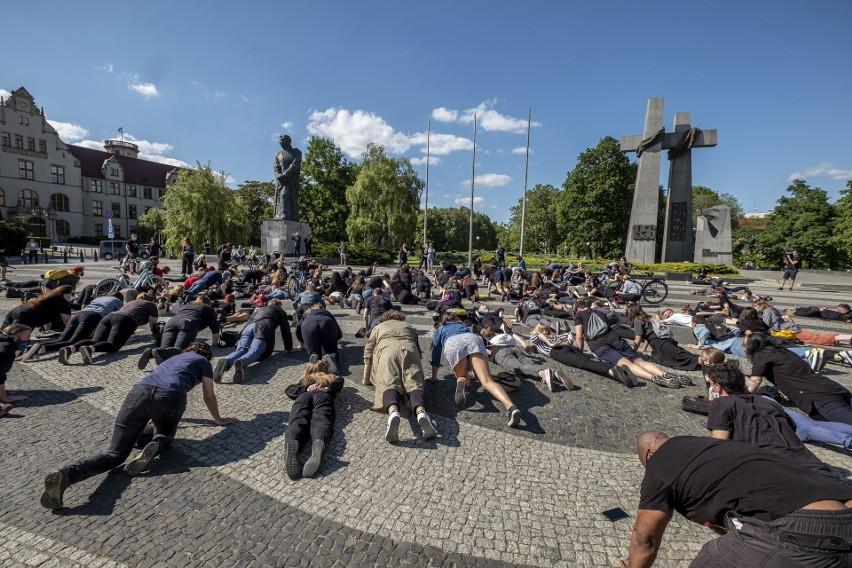 Z placu Wolności na plac Mickiewicza przeszli uczestnicy...