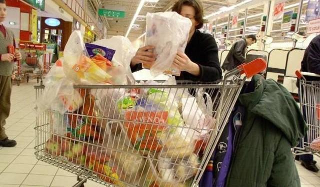 Koronawirus wpłynął na ceny żywności, które mocno wzrosły zwłaszcza w ubiegłym roku. Szybko nie doczekamy się obniżek. W tym roku - jak przewidują eksperci - ceny artykułów spożywczych nadal będą rosły, choć wolniej niż rok temu. Czytaj dalej na kolejnym slajdzie>>>