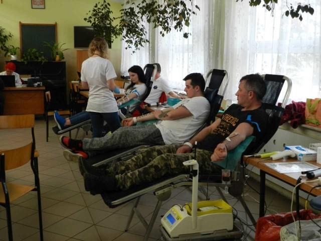 """Po raz siódmy akcję krwiodawstwa zorganizował zarząd OSP w Papowie Biskupim w ramach ogólnopolskiego programu """"Ognisty Ratownik - Gorąca Krew"""". Pobór krwi w szkole podstawowej przeprowadziła ekipa z Regionalnego Centrum Krwiodawstwa i Krwiolecznictwa z Bydgoszczy. Życiodajnym płynem chciało podzielić się 30 osób, ale oddać krew mogły 24, w tym trzy po  raz pierwszy. Dało to łącznie 10,8 litra krwi. Krew przeznaczona była dla 2,5-letniej Lilki Bering z Chełmży, pacjentki Kliniki Pediatrii, Hematologii i Onkologii szpitala im. A. Jurasza w Bydgoszczy. Bartosz Wajda, organizator, dziękuje za udział i zaprasza 19 maja do Papowa Biskupiego.       Flash Info odcinek 5 - najważniejsze informacje z Kujaw i Pomorza."""