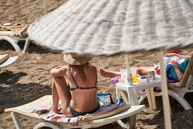 Pięknie opalona skóra wygląda atrakcyjniej, zdrowiej i młodziej. Jednak efekt muśnięcia słońcem nie pozostaje na skórze długo. Dodatkowo promieniowanie UV może szkodzić skórze i przyspieszać proces jej starzenia.Istnieją bezpieczne, naturalne i nieszkodliwe sposoby na przyciemnienie skóry. Jak uzyskać piękny odcień skóry przez cały rok, bez konieczności opalania się?Aby cieszyć się piękną opalenizną, warto zadbać o swoją dietę i wzbogacić ją o produkty, które w naturalny sposób nadadzą skórze ciemniejszego kolorytu.Zobacz w naszej galerii, które produkty spożywane przez kilka tygodni sprawią, że skóra przybiera piękny, złotawy odcień zdrowej, naturalnej opalenizny >>>>>