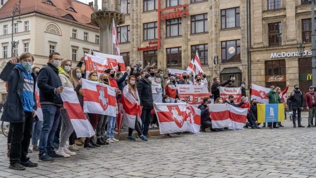 Wrocławski Rynek niedziela 18 kwietnia. Protest przeciwko prześladowaniom działaczy demokratycznej opozycji na Białorusi