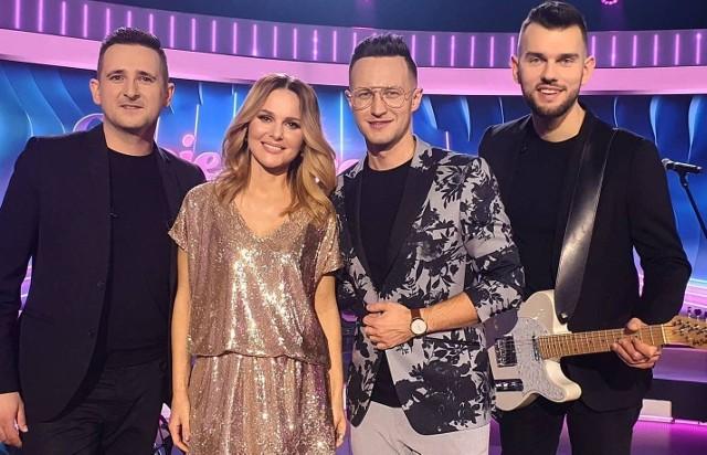 """Członkowie grupy Playboys wraz z Pauliną Sykut-Jeżyna, prowadzącą program """"Moje disco moje wszystko""""."""