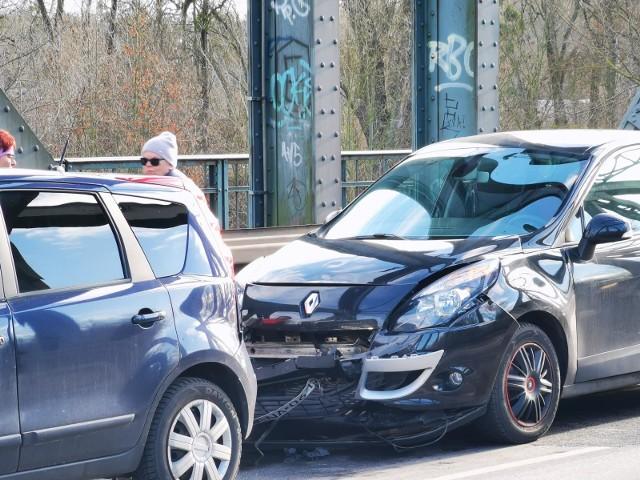 W 2019 roku zagraniczni kierowcy spowodowali na polskich drogach 17 tys. wypadków i kolizji. To o 11,8 proc. więcej niż w 2018 roku. Sprawdź w galerii, którzy obcokrajowcy najczęściej byli sprawcami wypadków drogowych w Polsce.Sprawdź -->