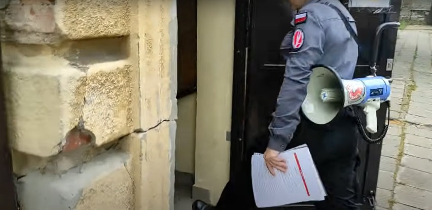 screen z filmu z wtargnięcia do domu dziecka w Aleksandrowie...