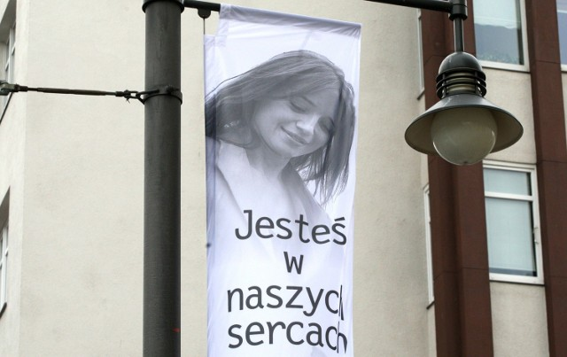 W dniu pogrzebu Anny Przybylskiej ulica Świętojańska w Gdyni została przystrojona 4 tysiącami białych róż