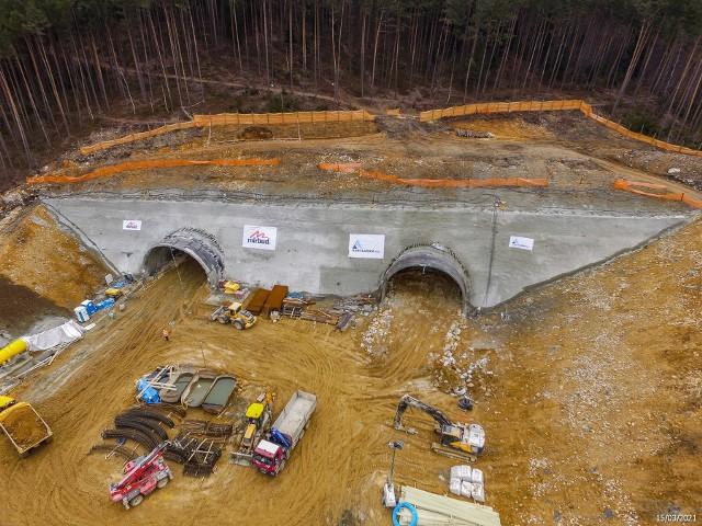Zdjęcia z placu budowy beskidzkiej drogi ekspresowej S1 wykonane w marcu tego roku. Zobacz kolejne zdjęcia. Przesuwaj zdjęcia w prawo - naciśnij strzałkę lub przycisk NASTĘPNE