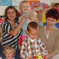 - Mój syn Paweł uwielbia chodzić do przedszkola i bawić się z innymi dziećmi - mówi Jadwiga Januszkiewicz z Rożyńska (z prawej). Obok opiekunka Jadwiga Prokopowicz.