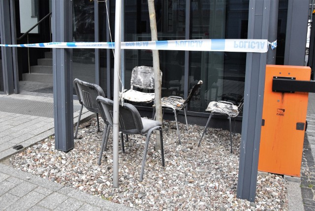 22 kwietnia, około godz. 2 w nocy do recepcji Komendy Powiatowej Policji w Inowrocławiu wszedł mężczyzna. Oblał znajdujące się tam przedmioty cieczą i podpalił. Zniszczeniu uległy m. in. widoczne na zdjęciu krzesła.- Mężczyzna został chwilę później obezwładniony przez policjantów - informuje asp. szt. Izebella Drobniecka, oficer prasowy komendanta powiatowego policji w Inowrocławiu.Pożar ugasili policjanci. Na miejscu interweniowała straż pożarna, która oddymiała pomieszczenia komendy. Nikt nie ucierpiał. Uszkodzony został fragment ścian i krzesła recepcji. Na tę chwilę wiadomo, że podpalenia dokonał 28-letni mężczyzna, mieszkaniec Inowrocławia. Wcześniej był on już notowany w policyjnych kartotekach. Prawdopodobnie był pod wpływem alkoholu.- Czekamy na potwierdzenie, czy mężczyzna był faktycznie nietrzeźwy. Zbieramy materiał dowodowy, który zostanie przekazany do prokuratury - dodaje asp. szt. Izabella Drobniecka.