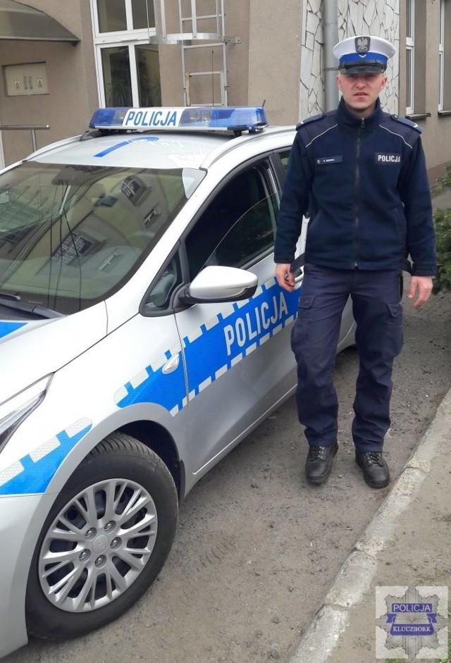 Policjanci z Kluczborka ułatwili rodzinie szybki przejazd ulicami miasta do szpitala.