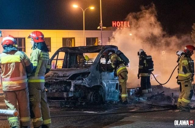 Pożar samochodu dostawczego na stacji paliw w Oleśnicy Małej.
