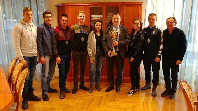 Nyscy studenci przekazali puchar rektorowi PWSZ w Nysie prof. Przemysławowi Malinowskiemu.