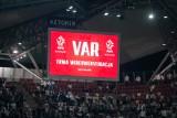 System VAR nie zadziałał, bo... pracownik stadionu odłączył go, żeby podładować telefon