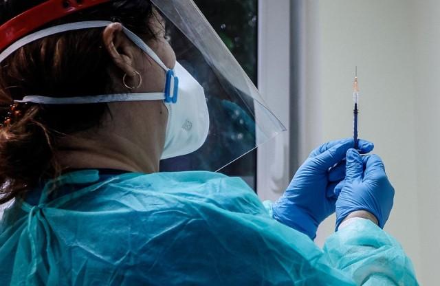 Eksperci oceniają procedurę oraz organizację szczepień w Polsce. 100 tysięcy obywateli dostało już szczepionkę