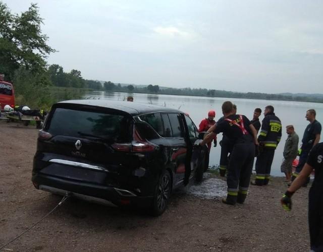 Samochód z wody wydostali strażacy