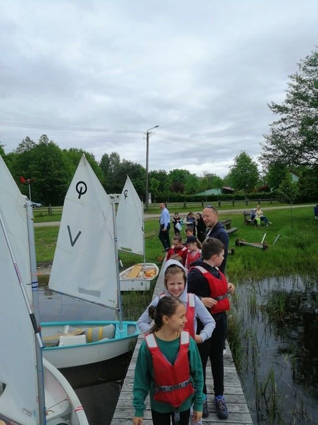Na jeziorze w Bobięcinie swoje pierwsze żeglarskie kroki stawiają młodzi adepci ze Słupska i Miastka. Ze Słupska jest 16 osób, a z Miastka 11 (grupa harcerska i zuchowa). Szkolenie organizuje klub żeglarski ProSport.