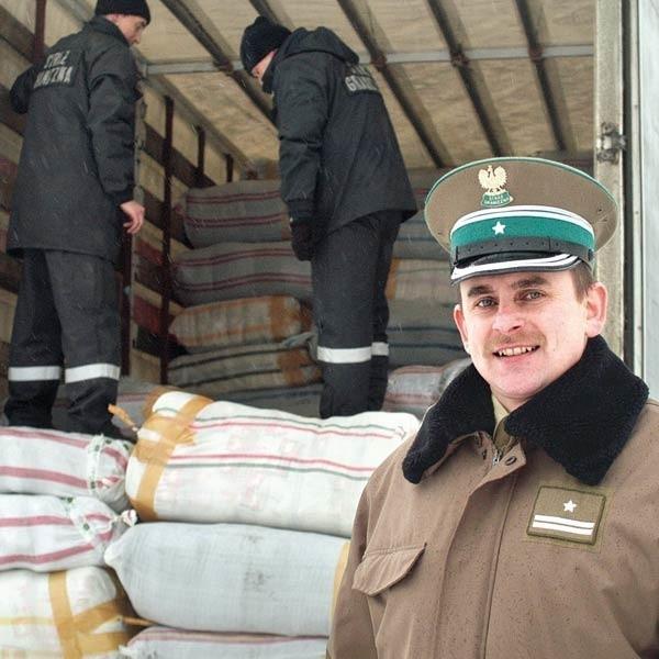 - Przemytnicy chcieli zmylić naszą czujność - mówi mjr Jan Grochowski, komendant placówki SG w Barwinku. - Na granicy tuż przed samochodem z kontrabandą został podstawiony do odprawy podobny, z legalnym towarem. Przemytnicy liczyli, że kontrolerzy zajmą się pierwszą ciężarówką, a drugą przepuszczą bez dokładnego sprawdzenia.