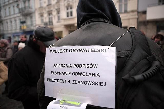 Do zakończenia akcji zbierania podpisów pod referendum o odwołanie prezydent Łodzi Hanny Zdanowskiej (PO) zostało niespełna dwa tygodnie. Jak dotychczas kampania referendalna nie różni się zbytnio od trzech poprzednich w ostatnich jedenastu latach. Nieco przypomina brutalną, uliczną bójkę.CZYTAJ DALEJ NA KOLEJNYM SLAJDZIE>>>