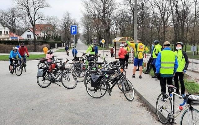 """Turyści z KTR """"Kujawiak"""" objechali w niedzielę, 18 kwietnia jezioro Pakoskie. Poszukiwali wiosny. Zapewniają, że jest już tuż, tuż..."""