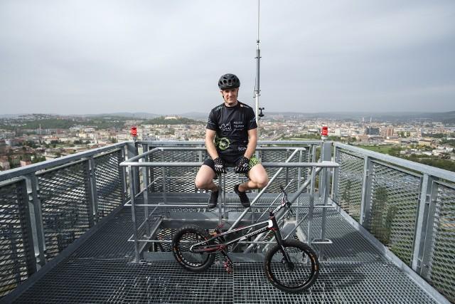 Krystian Herba wskoczył rowerem na AZ Tower - najwyższy budynek w Czechach.