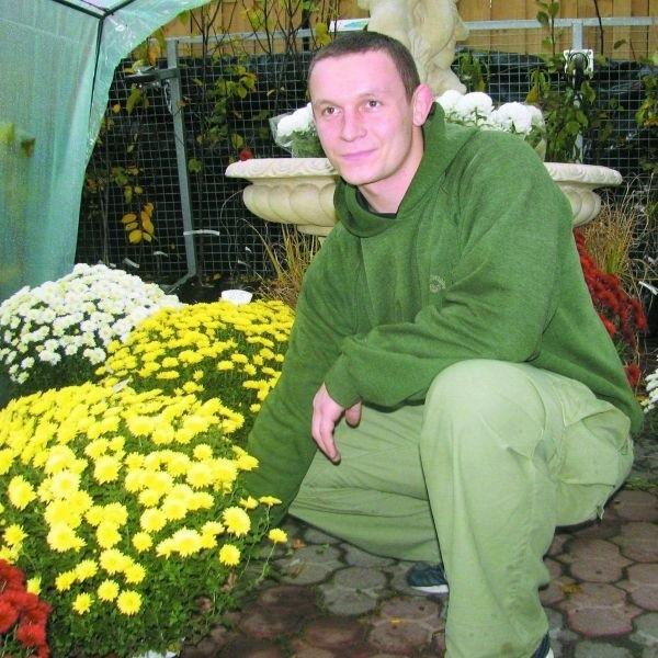 - Kwiaty na groby sprzedają się u nas bardzo dobrze - mówi Robert Sosnowski ze sklepu Ogrodnicze ABC