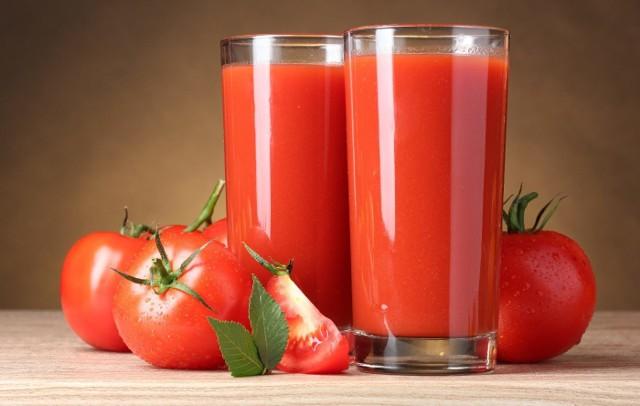 Zarówno pomidory jak i soki pomidorowe to produkty bogate w cenne dla zdrowia składniki. Spożywanie ich może obniżać ryzyko zachorowania m.in. na raka szyjki macicy i prostaty. Ale mają dużo więcej właściwości. Jednak aby to, co w dobre w pomidorach i w sokach pomidorowych w pełni mogło korzystnie wpływać na nasz organizm ważne jest także to, z jakimi innymi produktami je łączymy.Pomidory posiadają dużo substancji odżywczych. Po sezonie letnim, kiedy ich dostępność jest ograniczona wcale nie trzeba z nich rezygnować. Warto wtedy sięgać po niskoprzetworzone produkty z nich powstałe, np. soki pomidorowe, które podobnie jak pomidory są źródłem wielu składników wspomagających prawidłowe funkcjonowanie organizmu.Aby poznać wszystkie właściwości pomidorów i soku pomidorowego, oraz dowiedzieć się z jakimi produktami nie należy ich łączyć, przejdź do naszej galerii >>Zobacz też: Magda Gessler komentuje plotki o operacjach plastycznych: Jestem uczuleniowcem, po jednym soku pomidorowym mam usta pod nosem