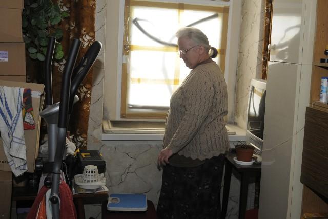 Pani Grażyna Simon-Wojaczyńska w swoim mieszkaniuW lokalu nie mam prądu, bieżącej wody oraz szyb w oknach. W takich warunkach żyje Pani Grażyna Simon-Wojaczyńska.