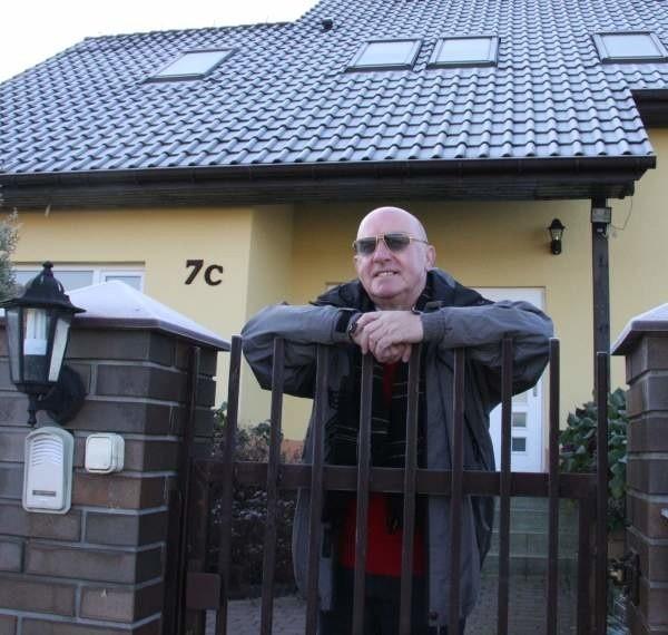 W domu Janusza Szefera nie ma pieca ani grzejników. Ciepło przenika do budynku ze ścian ogrzewanych wodą ze zbiornika w ziemi. - Nie muszę kupować opału, a średni koszt utrzymania domu to około 400 zł miesięcznie - mówi Szefer.